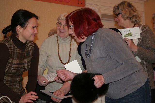 Wszyscy seniorzy prosili Paulinę Turkiewicz (z lewej) o wpisy do indeksu potwierdzające udział w zajęciach o asertywności