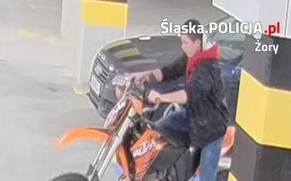 Policja szuka tego mężczyzny. Próbował ukraść motocyklZobaczkolejnezdjęcia. Przesuwajzdjęcia w prawo - naciśnij strzałkę lub przycisk NASTĘPNE