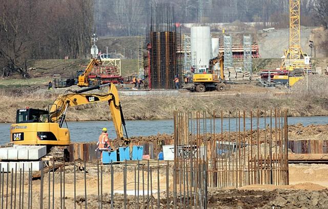 Budowa wschodniej obwodnicy Krakowa. Most wychodzi już z ziemi