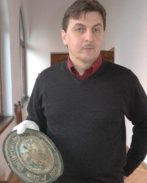 O tym, że w kościele został pochowany komendant głogowskiej twierdzy, informuje tabliczka znaleziona na grobie - mówi Jerzy Dymytryszyn