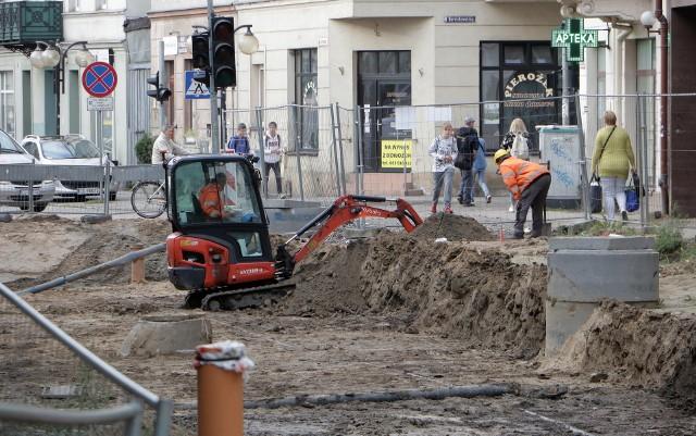 Wykonawca po kilku tygodniach powrócił na plac remontu torowiska na ul. Toruńskiej na odcinku od Marcinkowskiego do Kwiatowej. Prace mają nabrać tempa od poniedziałku, 20 września