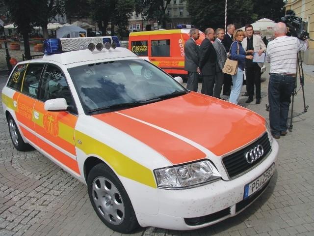 Transport sanitarny przy przemyskim Wojewódzkim Szpitalu jeździ pięcioma karetkami. Każda z nich została podarowana przez jakąś instytucję. Trzy używane auta przyjechały z Niemiec (na fot jedna z nich), jedna od Caritasu, kolejna od Wielkiej Orkiestry Świątecznej Pomocy.