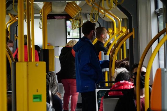 We wszystkich pojazdach komunikacji miejskiej, tak jak wszędzie w przestrzeni publicznej, zakrywanie nosa i ust jest obowiązkowe