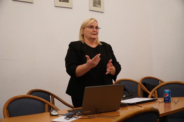 Zdaniem Ewy Jemielity, radnej PiS, działania Wydziału Zdrowia i Spraw Społecznych oraz prezydenta Poznania mogły prowadzić do mylnych wniosków organy kontrolujące Poznański Ośrodek Specjalistycznych Usług Medycznych