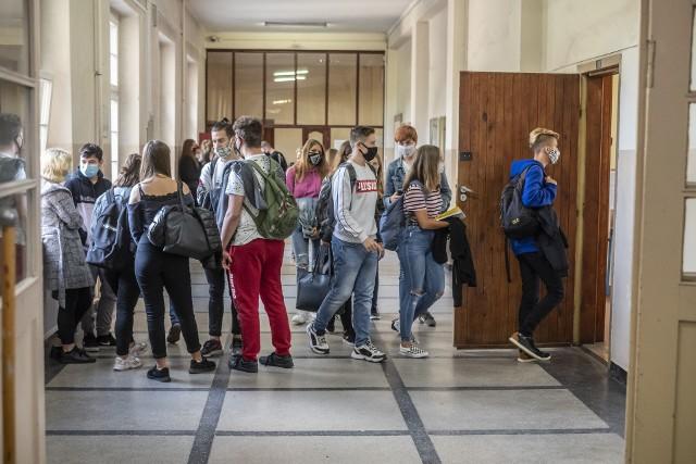 Choć maseczki nie są obowiązkowe, większość szkół wprowadziła obowiązek ich noszenia w przestrzeniach wspólnych