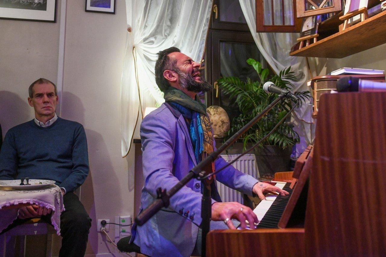 """Licznie wypełniony był piątkowego wieczoru poznański klub Poema Cafe podczas """"Wieczoru greckiego"""". Jego bohaterem był Ares Chadzinikolau - muzyk, kompozytor, instrumentalista, poeta, tłumacz i autor piosenek o polsko-greckich korzeniach."""