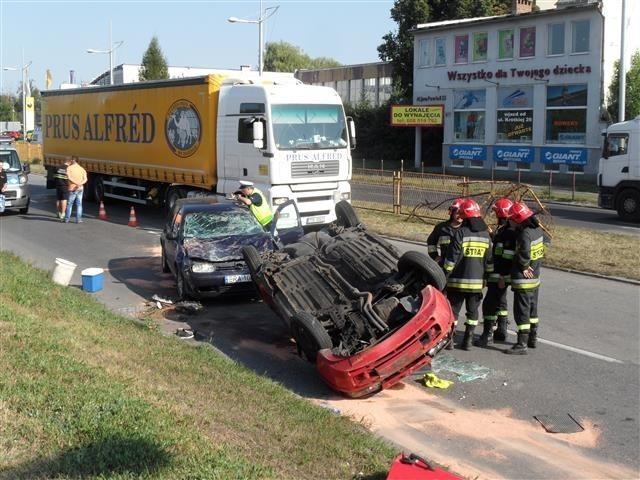 Kierująca samochodem straciła panowanie nad pojazdem i dachowała. Kobieta została lekko ranna.