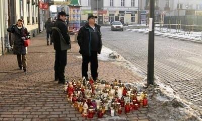 Wielu mieszkańców Nowego Targu modli się i zapala znicze w miejscu, gdzie zginął Andrzej FOT. TOMASZ MATEUSIAK