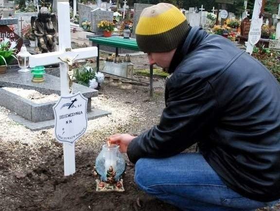 Mężczyzna, który znalazł martwą dziewczynkę, zapalił znicz na jej grobie.