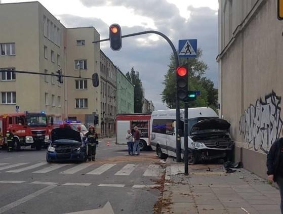 Do poważnego wypadku doszło na skrzyżowaniu ulic Przędzalnianej i Tuwima. Pięć osób trafiło do szpitalaZDJĘCIA I WIĘCEJ INFORMACJI - KLIKNIJ DALEJ