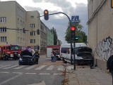 Zderzenie golfa z busem w centrum Łodzi! Są ranni. Kierowca golfa z dzieckiem uciekł z miejsca wypadku