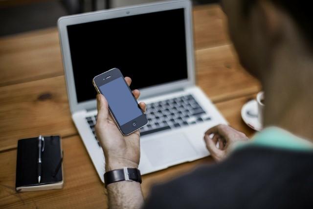 Zdjęcie ilustracyjne. Klienci mBanku dostawali SMS-y, że zmieniono im numer kontaktowy do konta. Po zgłoszeniu w placówce okazywało się, że dostęp do konta przypisano całkiem innej, obcej osobie