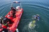 Akcja ratunkowa w Stęszewie. Strażacy i nurkowie szukali mężczyzny w jeziorze Lipno. Nie udało się go uratować [AKTUALIZACJA]