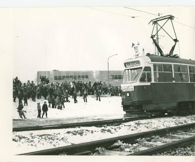 23 luty 1979. Minęło 35 lat od chwili, gdy na wały w pobliżu nowej trasy na osiedle Lecha ,,spędzono'' dzieciaki z pobliskich szkół. Miały świętować otwarcie nowej trasy tramwajowej na górny taras Rataj. Dziś te same dzieciaki mają już sporo po 40-tce:) W tramwaju, czego nie widać, a uwieczniono to na innych zdjęciach, jechały władze MPK w towarzystwie towarzyszy z Komitetu Wojewódzkiego PZPR. Władza czciła w ten sposób rocznicę zakończenia walk o Cytadelę. Wtedy mówiono, że to rocznica wyzwolenia. Dziś do tego ostatniego słowa podchodzi się bardzo ostrożnie.Więcej na:Poznań, spacer w czasie