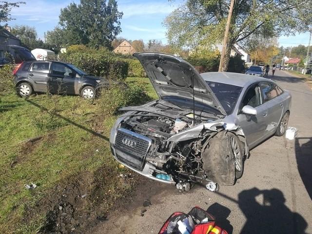 Do groźnego wypadku doszło w niedzielę, 20 października, na ul. Myśliwskiej w Witnicy. Na skrzyżowaniu zderzyły się ford i audi. Na miejsce skierowano strażaków, policję i pogotowie. Przyleciał też śmigłowiec LPR.Wypadek wydarzył się w niedzielę po godzinie 12. Na miejsce skierowano dwa zastępy strażaków z OSP Witnica, jeden zastęp strażaków z Gorzowa, dwie karetki pogotowia i śmigłowiec Lotniczego Pogotowia Ratunkowego. Osoby uczestniczące w zderzeniu wymagały pomocy medycznej.Wiła zderzenia była bardzo duża. W fordzie eksplodowały poduszki powietrzne, a w audi zostało niemal wyrwane koło. Strażacy zabezpieczyli miejsce zdarzenia. Szczegóły wypadku ustali policja. Zobacz też wideo: Szajka oszukiwała firmy transportowe. Z oszustw zrobili sobie stałe źródło dochodu. Policja zatrzymała pięć osób.
