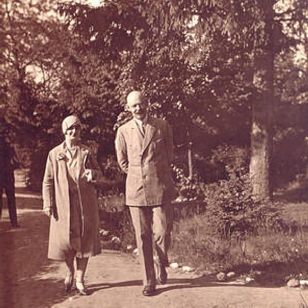 Przed Bydgoszczą było Gniezno - Leon Barciszewski na spacerze z żoną Zofią.