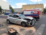 Wypadek na skrzyżowaniu ulic Skłodowskiej - Curie z Żeromskiego w Łodzi. Doprowadził do niego mężczyzna bez prawa jazdy! ZDJĘCIA