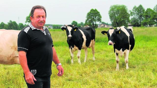 - Sytuacja na rynku mleka jest fatalna - mówi Jan Miensok, gospodarz z Kadłuba.