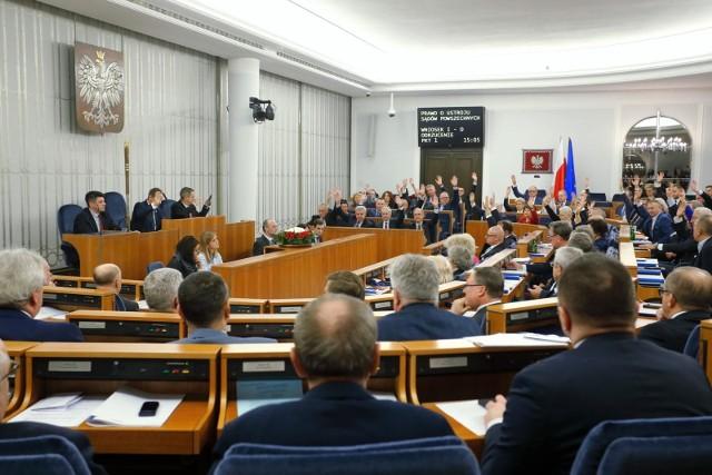 Koronawirus w Polsce. Senatorowie PiS wyszli z sali, zrywając kworum. Grodzki: To skandal