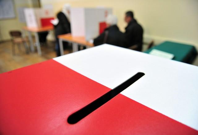 Głosowanie poza miejscem zamieszkania w wyborach samorządowych jest możliwe. Trzeba jednak odpowiednio wcześnie złożyć wniosek w urzędzie gminy, na terenie której chcemy głsosować.