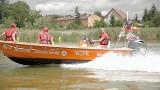 """Film """"Nie igraj z wodą"""". Policjanci i ratownicy tłumaczą, jak należy się zachować nad woda, by wypoczynek był bezpieczny"""