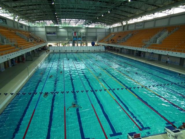 Kąpieliska to nie jedyna możliwość by ochłodzić się w letnie upały. Z pomocą przychodzi także oferta pływalni w Poznaniu i okolicznych miejscowościach. Kilka basenów prowadzi przez całe wakacje przerwę technologiczną, inne przez kilka dni. Sprawdź jak otwarte są w sezonie letnim pływalnie, jaki cennik przygotowały i gdzie się znajdują.