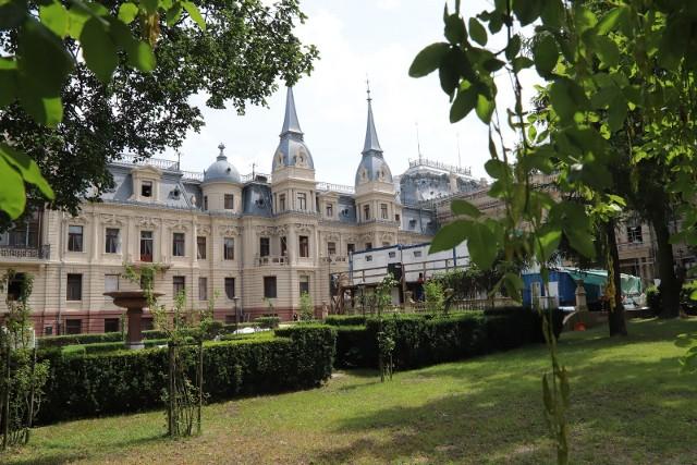 Trwa renowacja cennego ogrodu przy zabytkowym pałacu Izraela Poznańskiego, który jako tzw. łódzki Luwr jest wizytówką miasta. Jedną z atrakcji ogrodu będą dwie ławki edukacyjne, przy których będzie można wysłuchać nagrań z historią pałacu, ogrodu i rodziny Poznańskich. Prace potrwają do wiosny 2020 roku i pochłoną 1,6 mln zł. CZYTAJ DALEJ NA NASTĘPNYM SLAJDZIE
