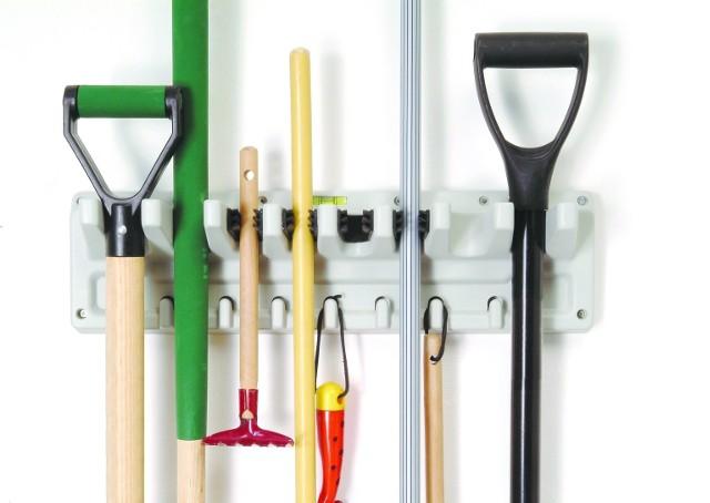 Specjalny wieszak do przechowywania narzędzi ogrodniczychNarzędzia ogrodowe można przechowywać na wieszaku przymocowanym do ściany garażu.
