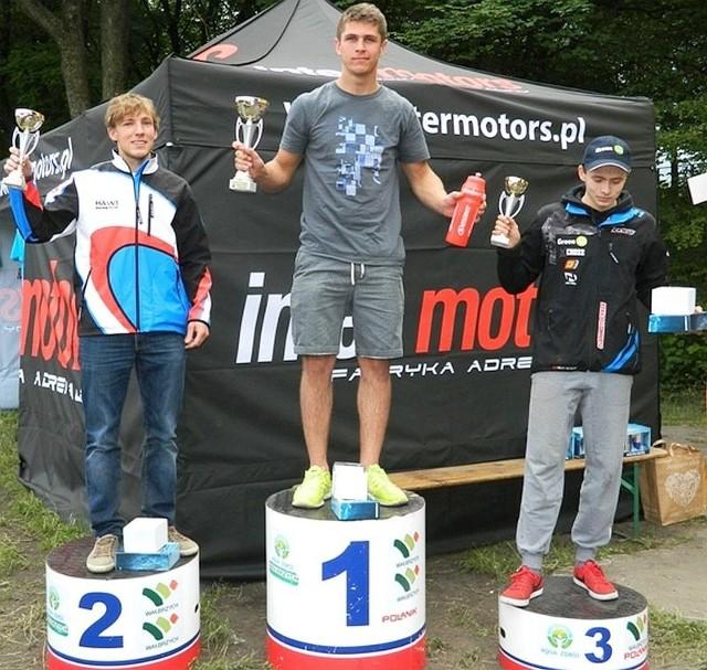 Jakub Kucharski (z lewej) na podium rywalizacji w Wałbrzychu.