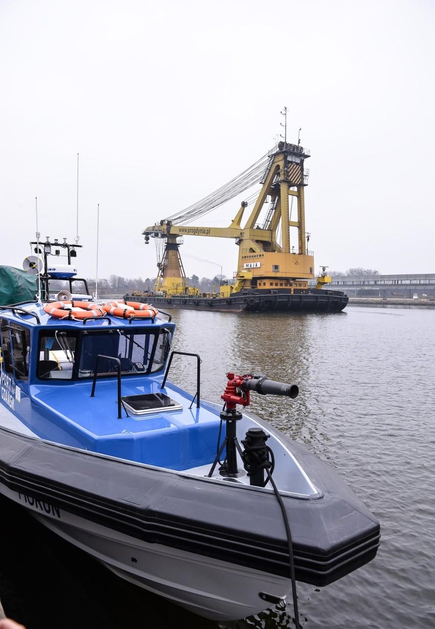 Dwie łodzie i centrum bezpieczeństwa w porcie gdańskim
