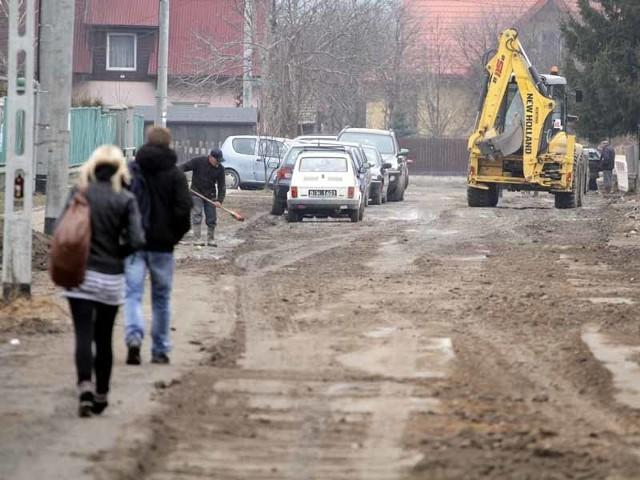 Na ulicy Miodowej została przebudowana sieć wodociągowa. Po zakończeniu prac droga była w okropnym stanie.