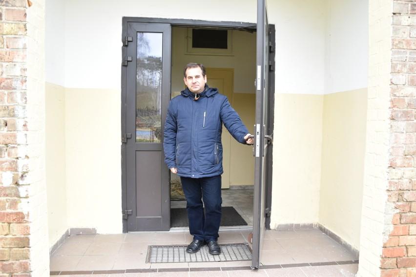 Jerzy Jażdżewski, dyrektor szkoły w Zwierzynie pokazuje...