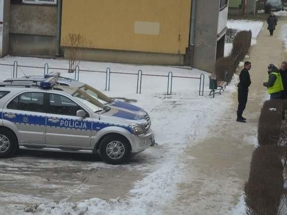 Działania policji przy jednym z bloków przy ulicy Zwierzynieckiej w Tarnobrzegu. Prawdopodobnie miały one związek z zatrzymaniem egzaminatorów WORD.
