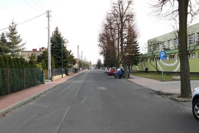 Drzewa na ul. Wyzwolenia w Gogolinie nie ucierpią podczas remontu drogi.