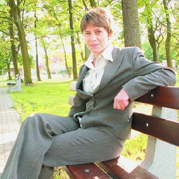 Zofia Topolińska na jednej z ławek, które dzięki unijnej pomocy stanęły pośrodku Lniana.