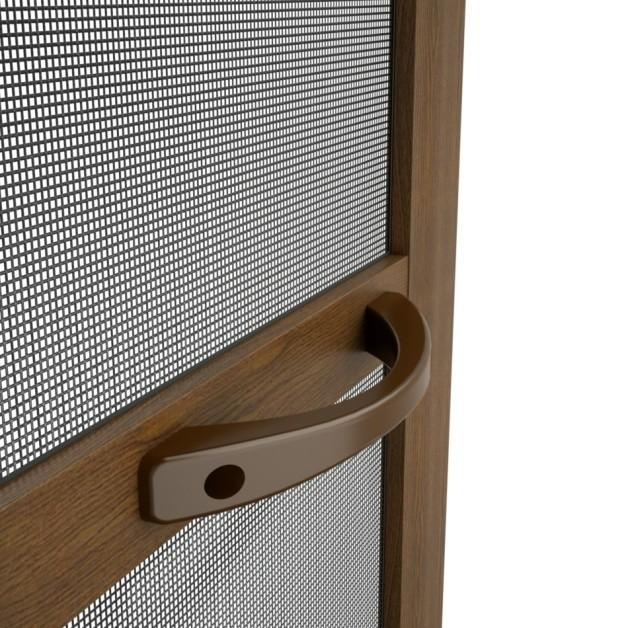 Moskitiera ramkowa otwieranaMoskitiery można zintegrować z osłonami okiennymi - roletami, żaluzjami i okiennicami. W najwygodniejszej wersji moskitiery są zwijane podobnie jak rolety. Te w formie rolet spełniają także funkcje zwykłych rolet. Oczywiście nie chronią całkowicie przed promieniowaniem słonecznym, ale do pokoju dziennego i kuchnia są idealne.