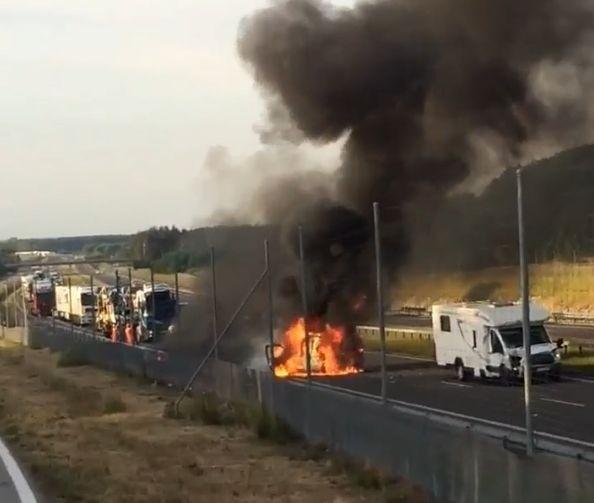 Na ekspresowej obwodnicy Radomia, po zderzeniu spłonął samochód służb technicznych Generalnej Dyrekcji Dróg Krajowych i Autostrad. W wypadku ranna została jedna osoba.