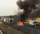 Zderzenie i pożar samochodu na zachodniej obwodnicy Radomia. Kamper uderzył w samochód służb technicznych zarządcy drogi