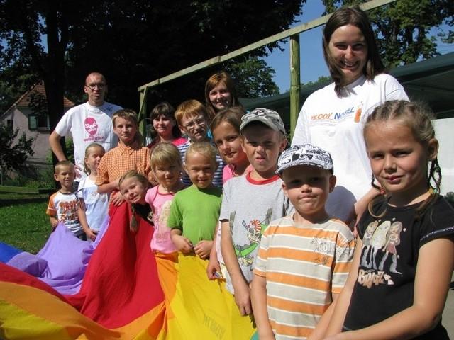 Dzieciaki najbardziej lubią zabawy terenowe, które prowadzą studenci z Poznania.