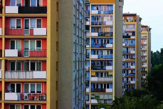 Mieszkanie w bloku to z jednej strony wygoda, bo wszystko za nas robi spółdzielnia czy wspólnota. Z drugiej strony to jednak także szereg obowiązków i ograniczeń, o których nie możemy zapominać. Jeśli mieszkasz w bloku, nie wolno Ci trzepania dywanu na balkonie, czy zostawiania roweru lub śmieci na klatce schodowej. A czego jeszcze? Sprawdźcie na kolejnych zdjęciach >>>>