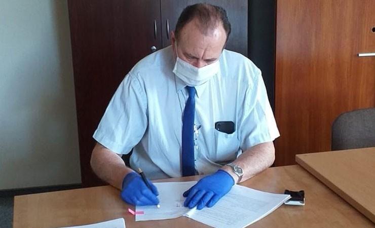 Wójt Jerzy Lewi-Kiedrowski podpisuje umowę na wykonanie sieci