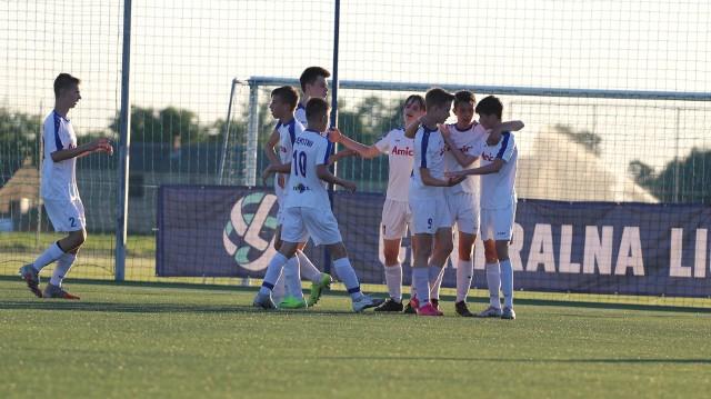 Młodzi piłkarze Błękitnych Wronki powoli mogą się już witać z Centralną Ligą Juniorów