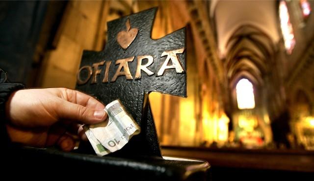 Darowizny na kościelną tacę są zwolnione z podatków. Mało tego, darczyńcy mogą je sobie odpisać od podatku, ale pod warunkiem, że mają pokwitowanie przekazania pieniędzy