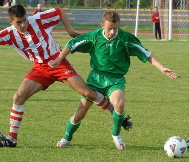 Resovia musi pokazać zdecydowanie lepszą piłkę, inaczej nie wygra z Górnikiem Wieliczka. Na zdjęciu w akcji Sławomir Przybyła (z lewej) i Artur Zieliński.