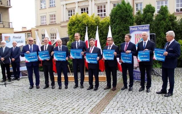 Burmistrzowie i wójtowie z powiatu niżańskiego z symbolicznymi bonami na gminne inwestycje