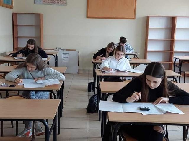 Matura próbna uczniów z Zespołu Szkół imienia Korpusu Ochrony Pogranicza w Szydłowcu.