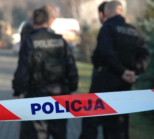 Policjanci ustalają w jakich okolicznościach zmarła 34-latka.