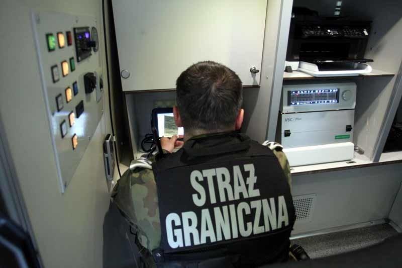 Straż Graniczna patroluje granicę w specjalnych samochodach....