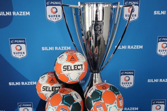 Tak prezentują się oficjalna piłka oraz puchar dla triumfatora PGNiG Superligi w sezonie 2018/19.