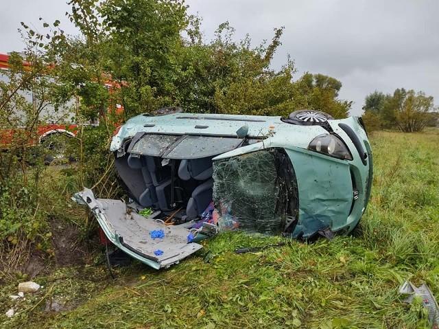 Samochód, którym jechały trzy kobiety przewrócił się w polu.